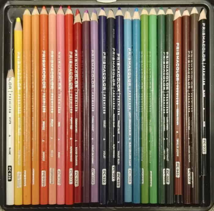 Fotografía de una caja de lápices de colores, real, de un alumno de 1.º de Ilustración de la EASD de Segovia.